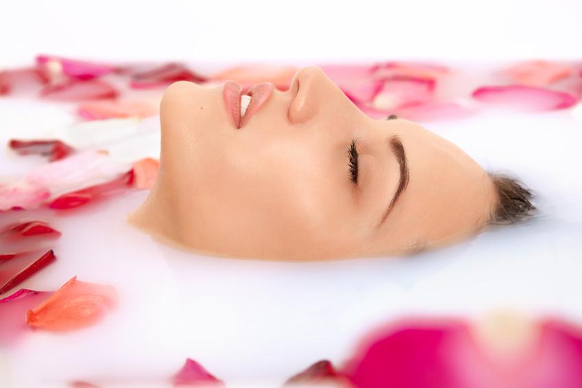 Enspannungsbad mit Rosenöl und Rosenblätter